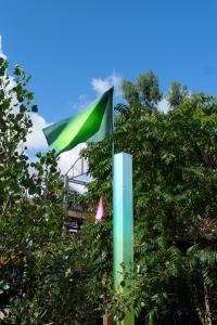 NO MAN'S LANDle terrain, les poteaux et la peintureinstallation in situ, peinture sur poteaux et sur drapeaux, Jardin C., Nantes, 2017commissariat MBDTCurators